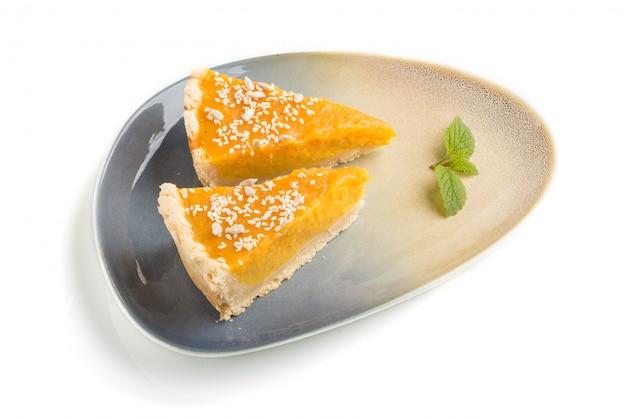 2 части традиционного американского изолированного пирога тыквы. вид сбоку.