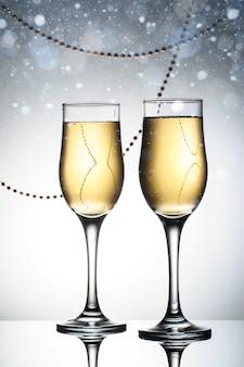 スパークリングシャンパンを備えたエレガントな2つのガラス