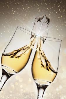 スプラッシュ付きのスパークリングシャンパンを備えたエレガントな2つのガラス