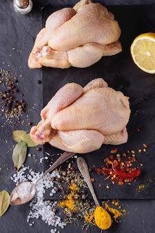 2つの生の鶏肉