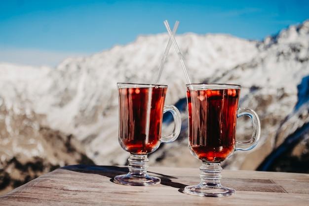 グリューワインを2杯、山のクローズアップの。