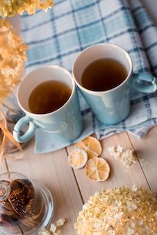 リネンの青いナプキンに熱いお茶を2杯