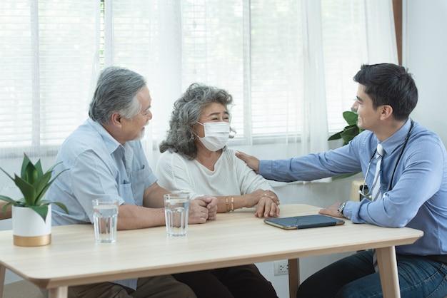 Пациент старшего консультанта 2 старших старших старых азиатских пар встречая специалиста профессиональный кавказский посещает на дому пациента после ухода, здравоохранения и медицинской концепции.