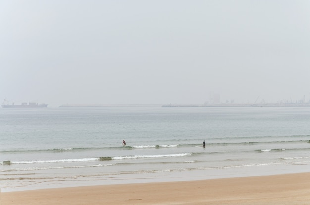 波に乗る2人のサーファー