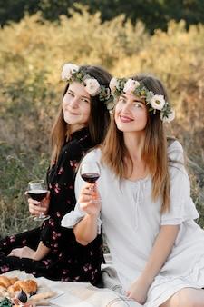 笑顔の上に敷設フィールドでピクニックに2人の親友