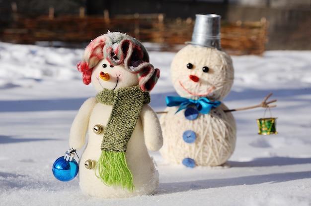 雪の背景に2人の雪だるま