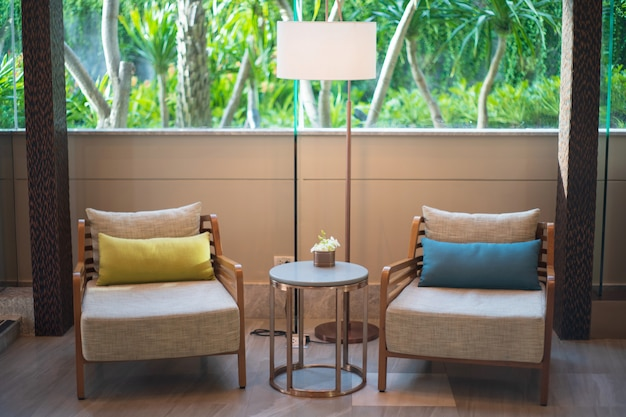 2つの茶色の木製椅子サイドテーブル高級スタイルインテリアリビングルーム