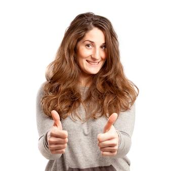 白で2つの親指を持つ若い曲線の女