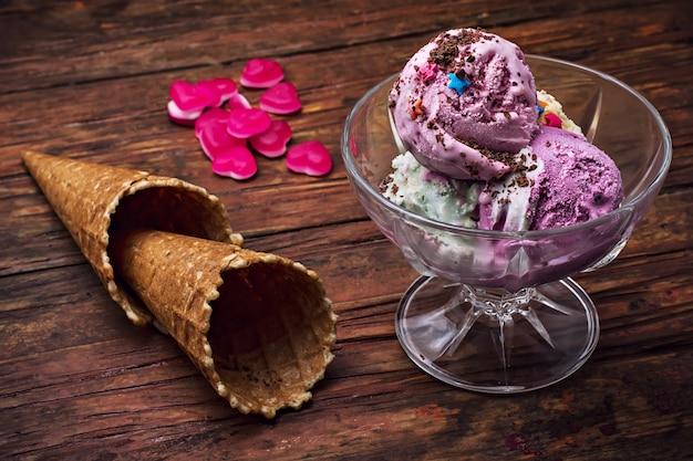 ボウルと2つのワッフルカップのアイスクリーム