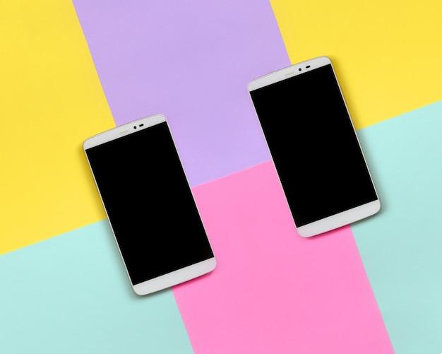 テクスチャに黒い画面を持つ2つの現代のスマートフォン