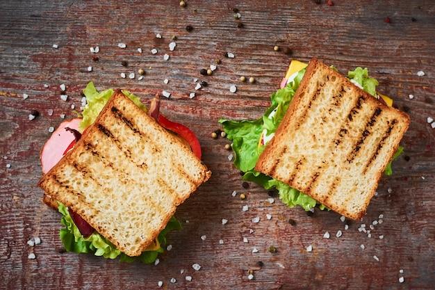 レタス、2つのサンドイッチ、トップビュー