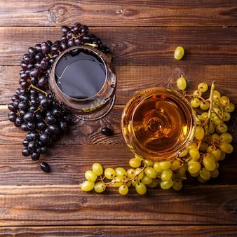 ジュース、ブドウ、木製のテーブルの上に2つのメガネのイメージ、