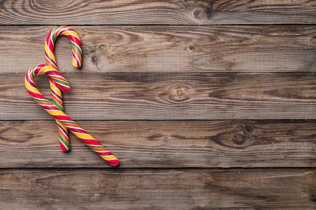 2つの杖を持つ木製の背景上のクリスマスの装飾。