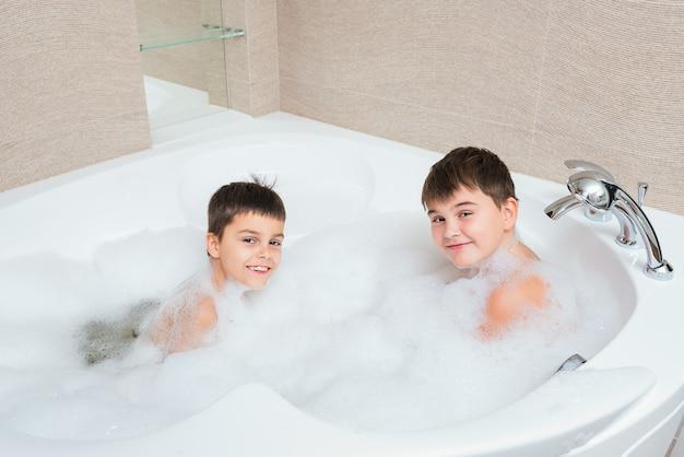 2人の男の子 - お風呂で楽しんでいる兄弟