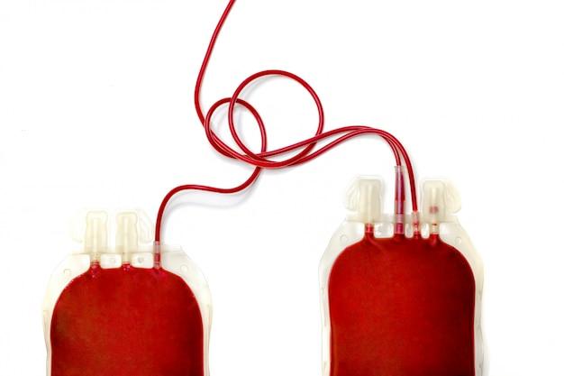 新鮮な血液で満たされた2つのバッグ