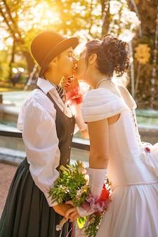 2人の女性のキスの同性結婚式