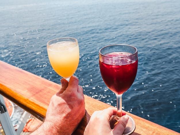 手にワインを2杯