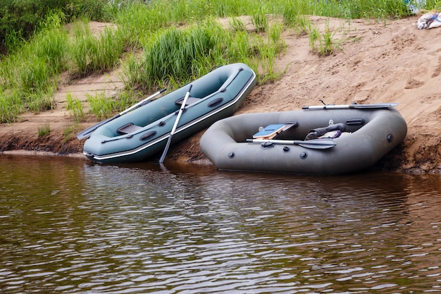 2隻のゴムボート
