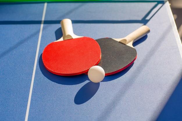 卓球ピンポン2つのパドルと白いボール