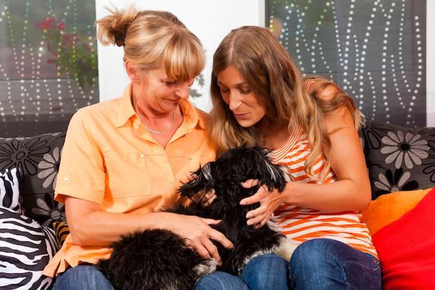 犬と2人の女性