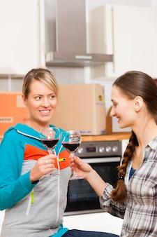 アパートで移動する2人の女性の友人