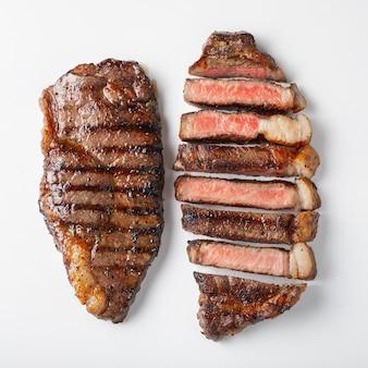 2枚のマーブルビーフステーキのストリップステーキ。