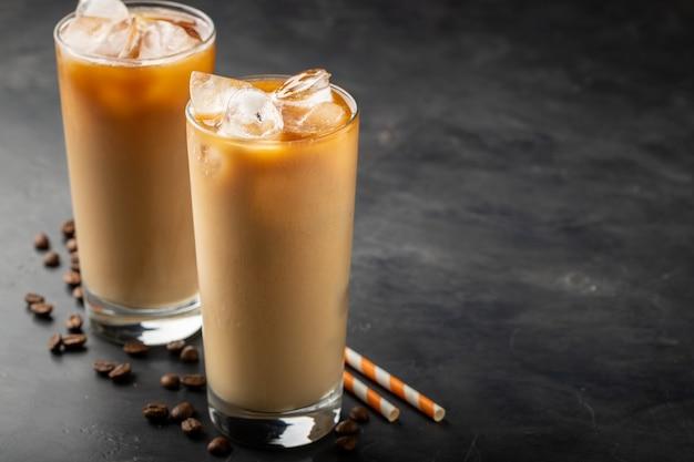 暗い背景に冷たいコーヒーを2杯。