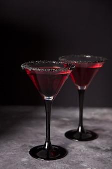 ハロウィーンパーティーのための赤いカクテルを2杯