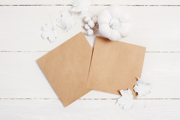 クラフト紙2枚、白いカボチャ、果実、葉