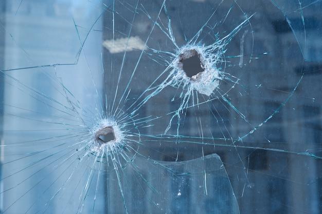 ガラス窓に2つの弾痕