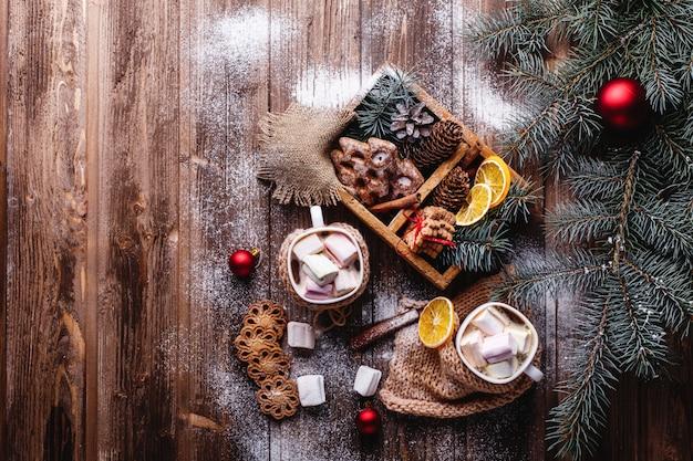 クリスマスと新年の装飾。ホットチョコレート、シナモンクッキーを2杯