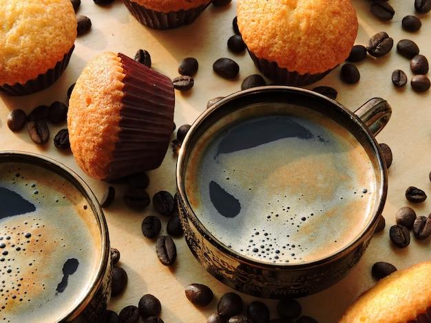 エスプレッソ2杯、ミニマフィン、コーヒー豆。