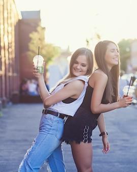 市内の2つの笑顔のガールフレンド