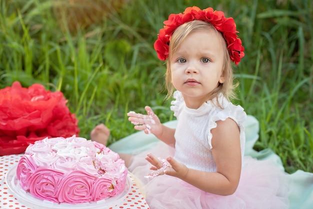 小さな女の子の2歳の誕生日。ケーキスマッシュ。