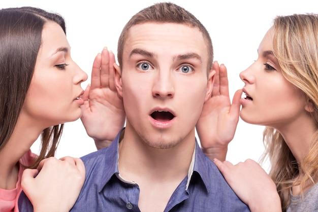 2人の若い女性が男と話しています。