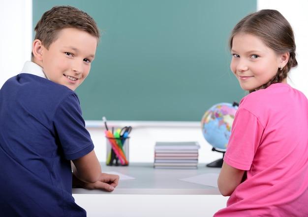一緒に本を読む2人の小さな同級生