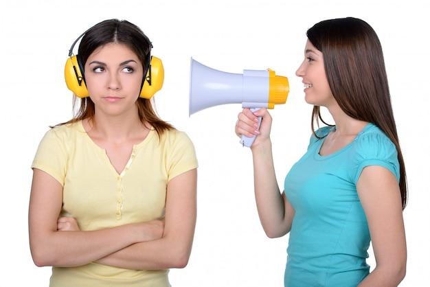 おしゃべりと立っている2人の女性