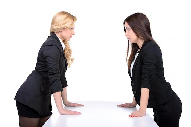 お互いを見ている2人の怒っている女性。