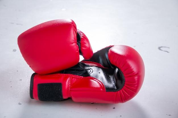 2つのプロの赤いボクシンググローブ。白い背景で隔離の革ボクシンググローブのペア。戦い、ファイティングビジネスコンセプトの準備ができて。