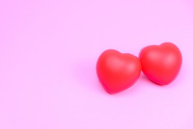 カップルの代わりに2つの赤いハートとバレンタインの愛。