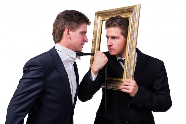 白で隔離されるお互いと主張して2つの双子のビジネスマン