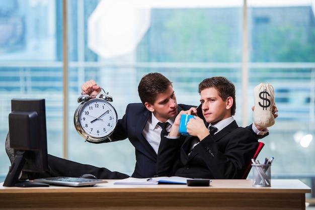 時間は2つのビジネスマンとお金の概念