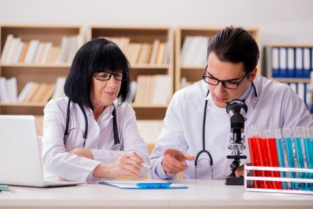 ラボで働く2人の医師