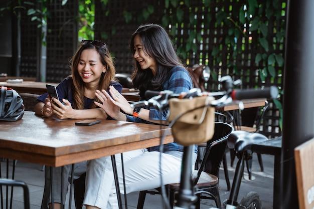サイクリング後のカフェでリラックスした2人の若い女性