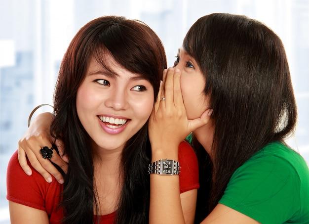 ゴシップを共有する2人の若い女性