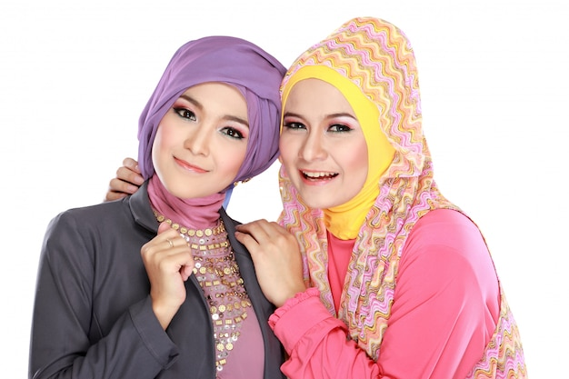 楽しい2つの美しいイスラム教徒の女性の肖像画