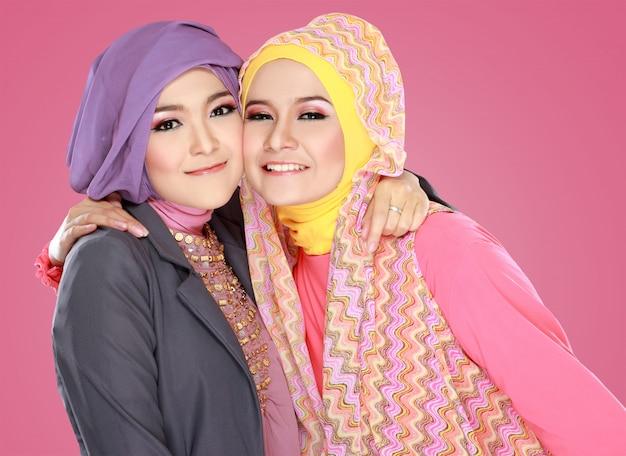 一緒に楽しんで2つの美しいイスラム教女性