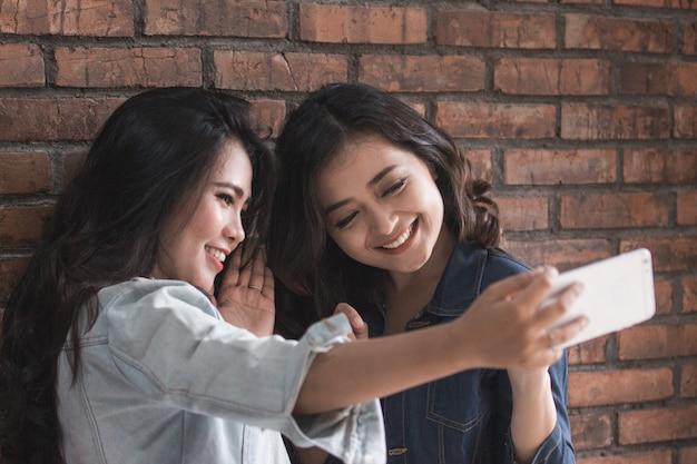 2つの女性の友人の活動