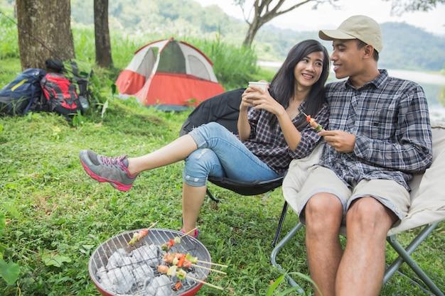 自然のキャンプで2つのアジアカップル