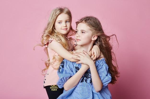 2人の女の子の明るい夏は美しい服を見る